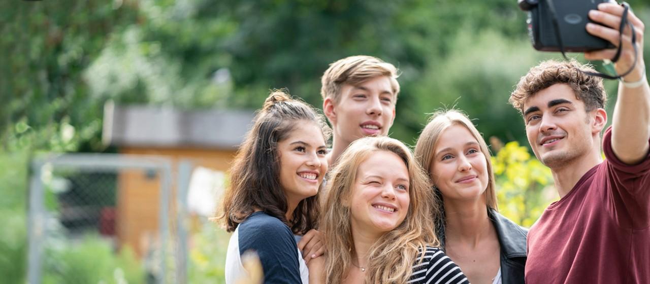 eine Gruppe Jugendliche macht ein Selfie